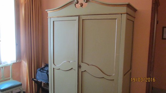 Hotel Azzi - Locanda degli Artisti: Старинный шкафчик