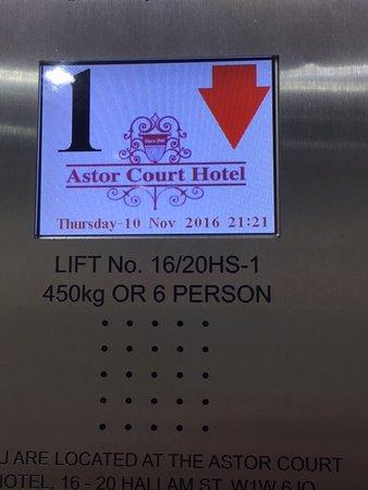 Astor Court Hotel: В лифте.