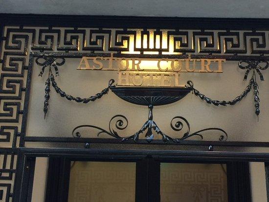 Astor Court Hotel: На входе в отель.
