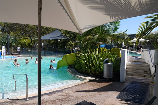 RACV Noosa Resort: 2 slides and a little splash park area witha baby wading bit at the back, a really nice set up