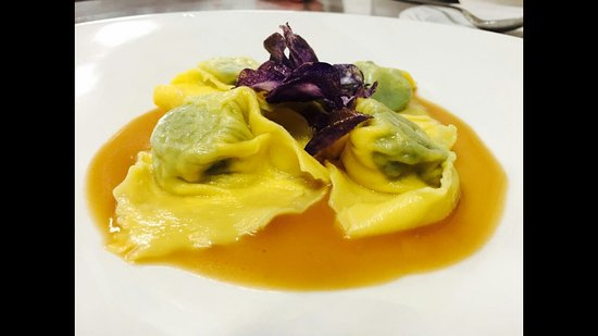 Castellucchio, Italia: Ravioli fatti in casa di Astice fresco e Patate violette servite su bisque di Astice