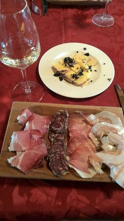 Montefalco, Italien: La pancetta... divina! Ottimo anche il formaggio... eccellenti i vini, anche bianchi.