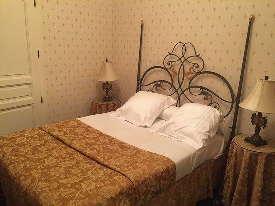 Thann, France: Hôtel de charme. Au calme avec son parc. Accueil chaleureux et professionnel. Belle chambre avec
