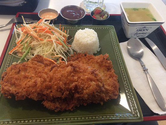 Quispamsis, Canadá: Breaded crunchy pork cutlet with rice, salad, pickles and soup