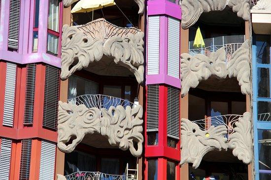 Schtroumph Buildings : Gaudí v Ženevě