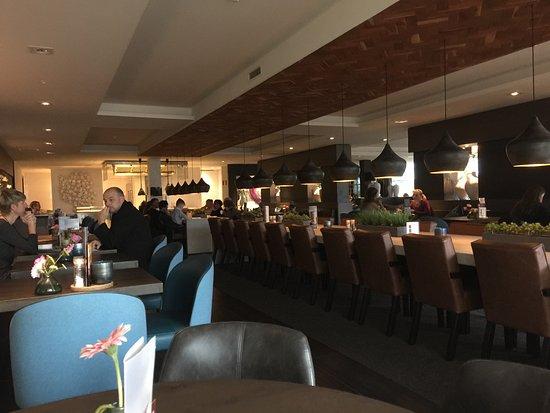 Tiel, Pays-Bas : Het restaurant met een grote tafel op de achtergrond