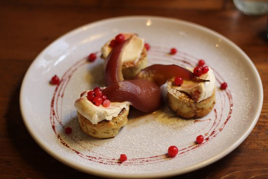 Widecombe in the Moor, UK: Breakfast Crumpets - poached pears with mascarpone cream... yummy!