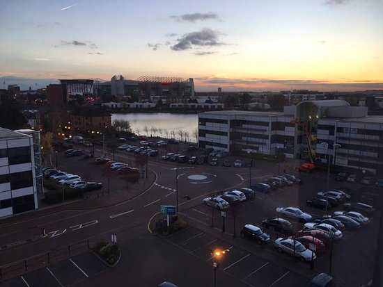 Holiday Inn Express Manchester - Salford Quays: A sunset & Old Trafford make for a perfect room view!