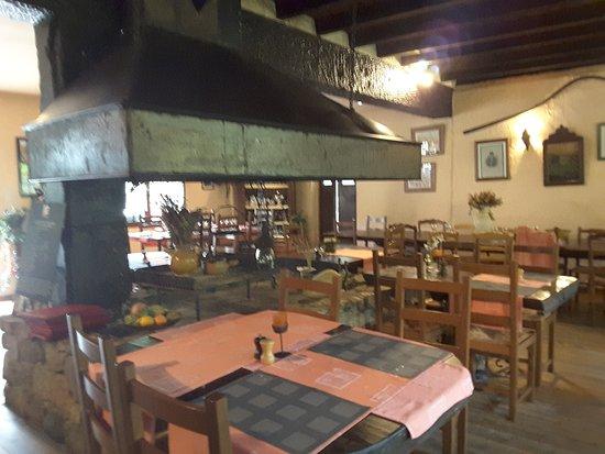 Bastelica, France: La salle du restaurant et son imposante cheminée