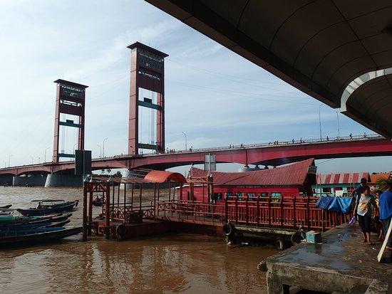Jembatan Ampera: アンペラ橋のたもとの船着場