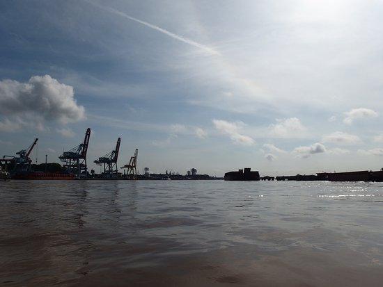Jembatan Ampera: 産業港湾の顔