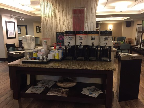 Hampton Inn Portsmouth Central: Coffee area in nice lobby