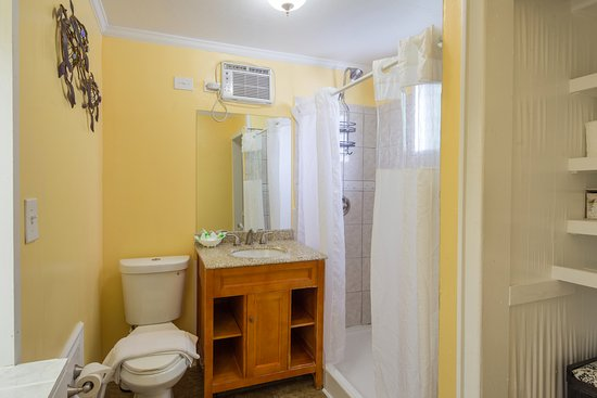 The Palms Hotel- Key West: Shared bathroom with another room.