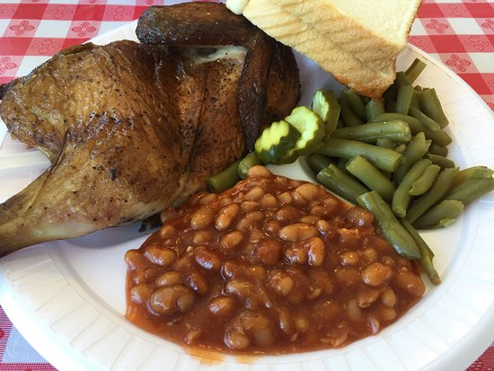Perry, Géorgie : BBQ chicken platter with baked beans, green beans - very tasty!