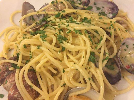 Hostaria Romana: Puntarelle alla romana, spaghetti con le vongole, cacio e pepe, carbonara