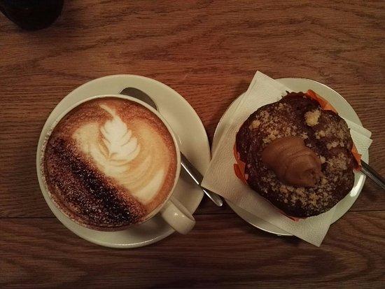 Café Capuchino Con Muffin De Chocolate