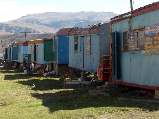 "Kochkor, Kirgisistan: Käse""läden"" bei Dolina Karakudschura (2)"