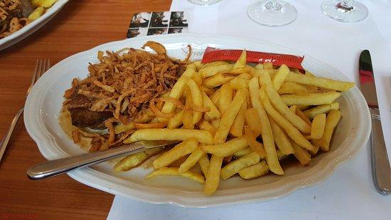 Scheyern, Deutschland: Zwiebel Rostbraten mit Pommes