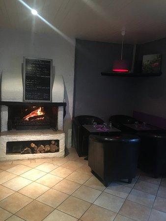 Chartres-de-Bretagne, France: Un repas ou un apéritif devant la cheminée.