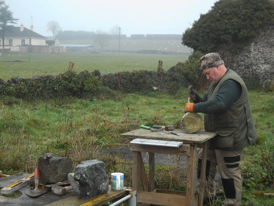 Claremorris, Ierland: John O Brien , Stonemason shows his skills at Clogher Heritage Centre.