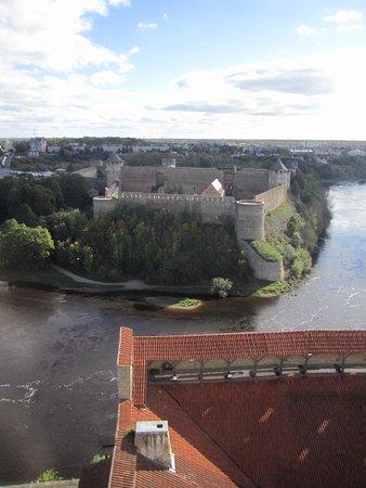 Narva, เอสโตเนีย: вид с башни на Ивангородскую крепость