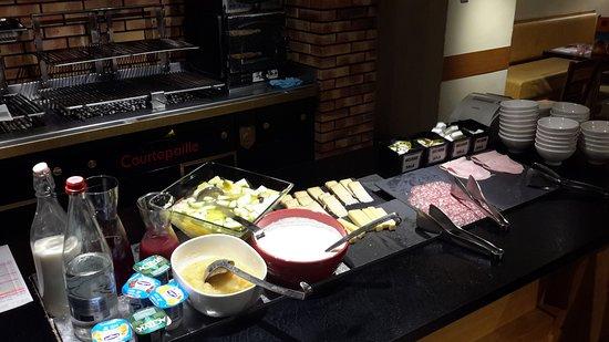 Ibis Poitiers Beaulieu: Detalle de parte del buffet