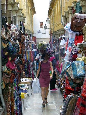 Hostal Zacatin: Trång gata med arabisk toutch