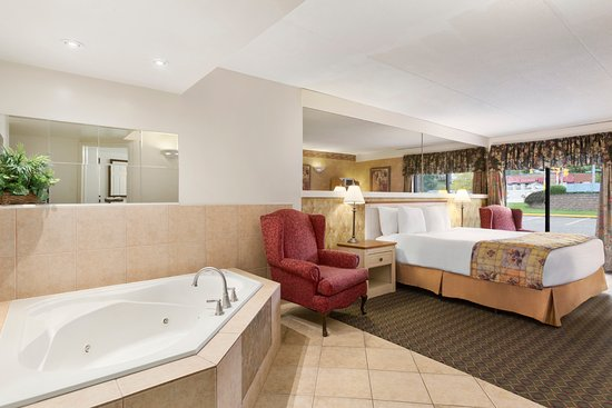 Owen Sound, Canada: King Suite with Corner Jacuzzi Hot Tub