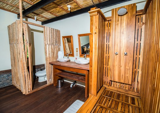 Balgue, Nicaragua: Volcano View Luxury Suite - Hot water teak shower, double sinks, and flush toilet