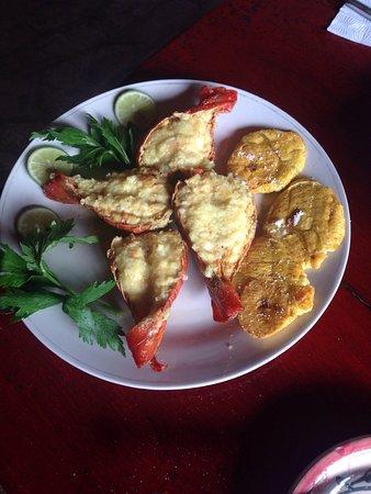 Ривас, Никарагуа: Langosta al ajillo con tostones arroz, frijoles y ensalada.