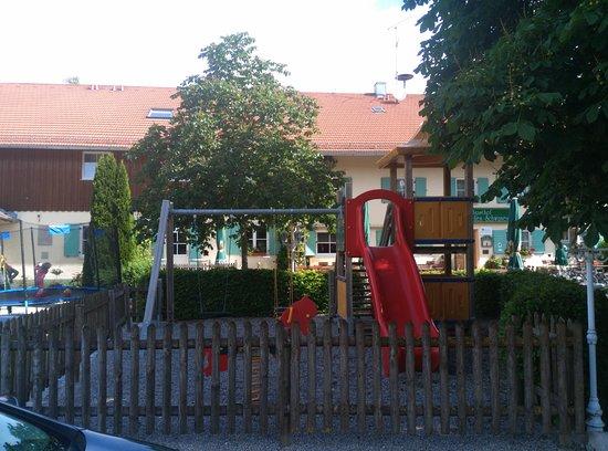 Hotel Landgasthof Zum Goldenen Schwanen: Перед отелем есть детская площадка. Ребенок оценил.