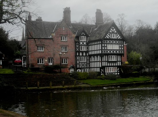 Lymm, UK: Building by the canal