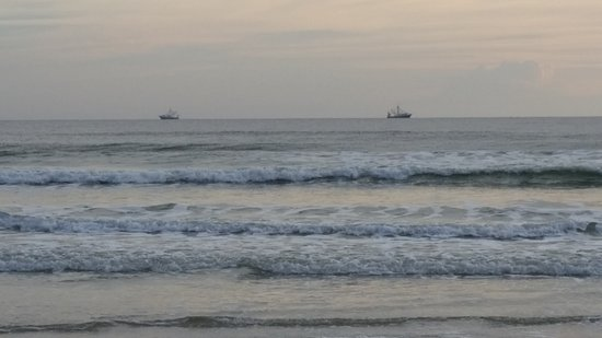Bryn Mawr Ocean Resort: Fishing trawlers on the horizon