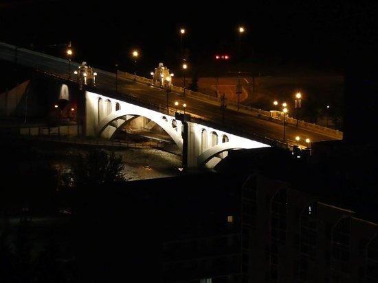 International Hotel and Spa Calgary: Night view of Centre Street Bridge (Bow River) -  Room 2901