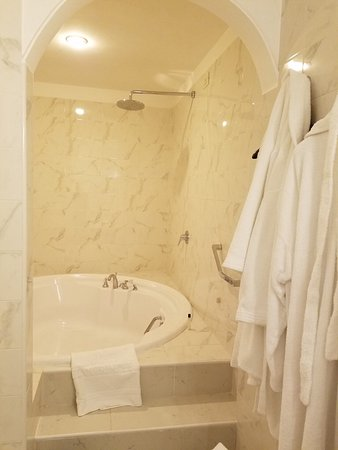 Quirinale Hotel Rain Shower Tub Combo