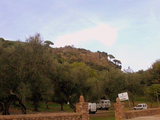 Alajar, Spania: Vista de la Peña de Arias Montano desde el aparcamiento existente en Alájar.