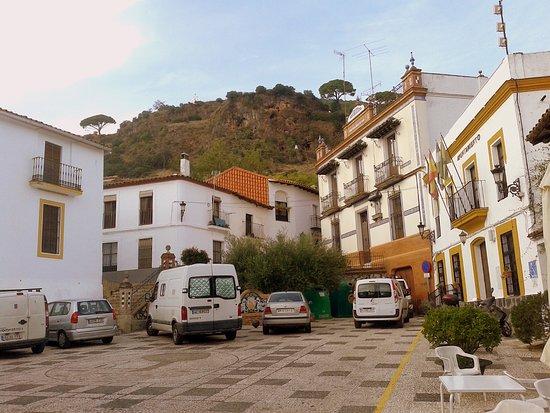Alajar, Spania: La peña vista desde la Plaza del Ayuntamiento de Alájar.