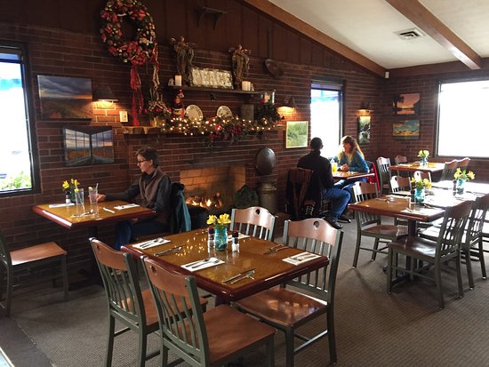 Mountain City, TN: The dining room. Warm and friendly.