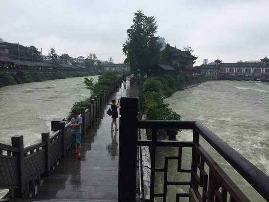 Dujiangyan, Chine : Amazing split in the system