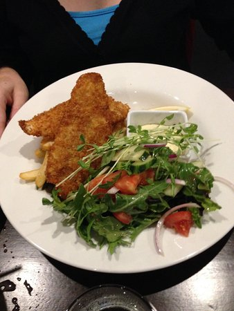 Marcoola, Australia: Good old Barra fish and Chips more than enough.