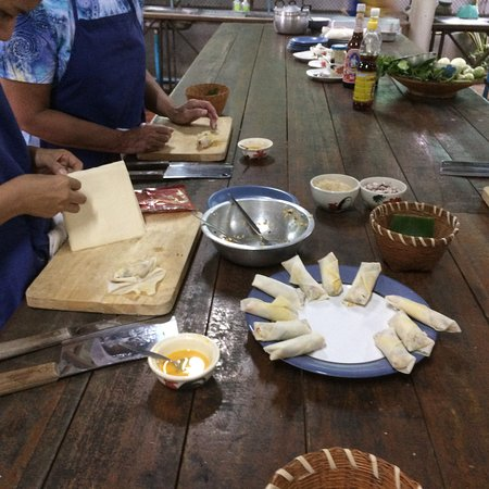 Saraphi, Tailandia: Spring rolls in the making
