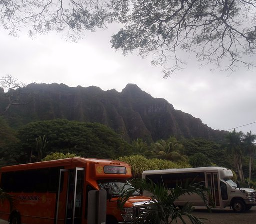 Kaneohe, HI: background of mountains from parking lot