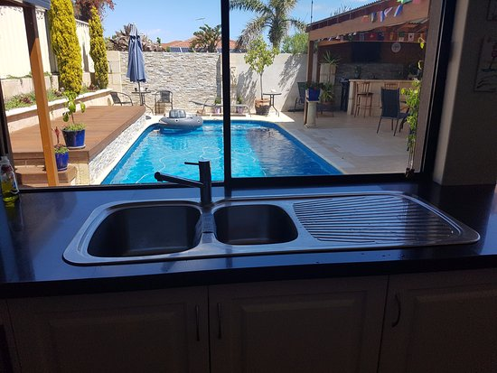 Joondalup, Australia: view from kitchen to pool area