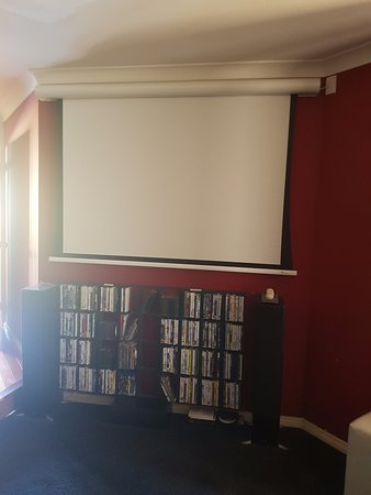 Joondalup, Australia: Theatre room - video screen