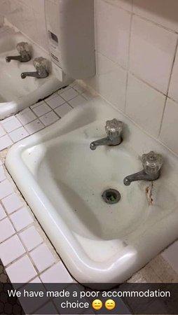 Long Jetty, Australia: The sinks in the main amenities block.