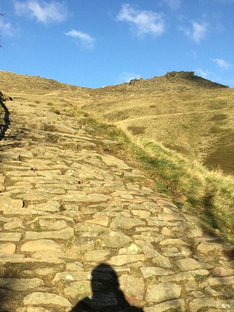 Edale, UK: Stone pathway up to tors on skyline