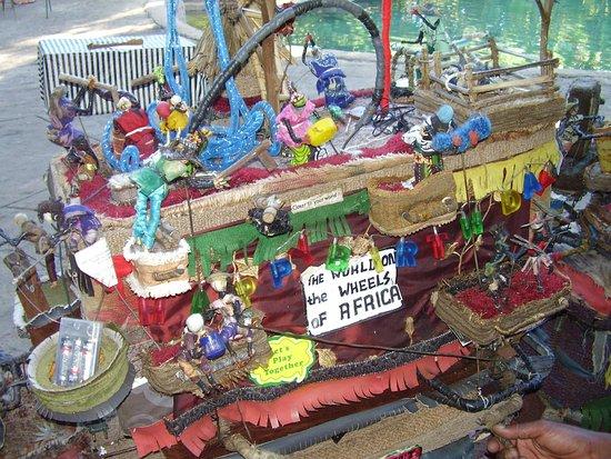 "Shoestrings Backpackers Lodge: ""Lokalt konstverk"" tillika hrmbygge vid poolen."