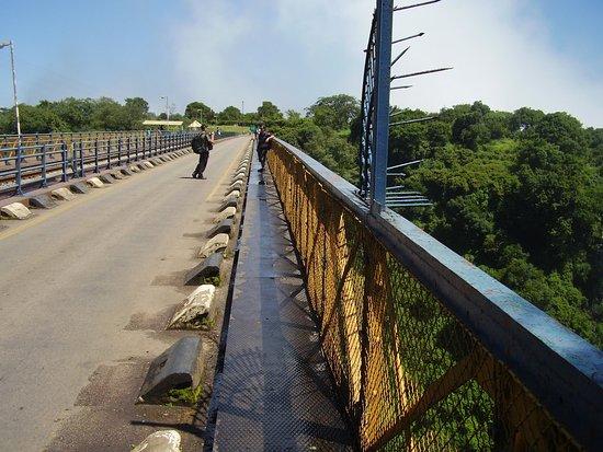 Shoestrings Backpackers Lodge: Gränsbron över Zambezifloden.