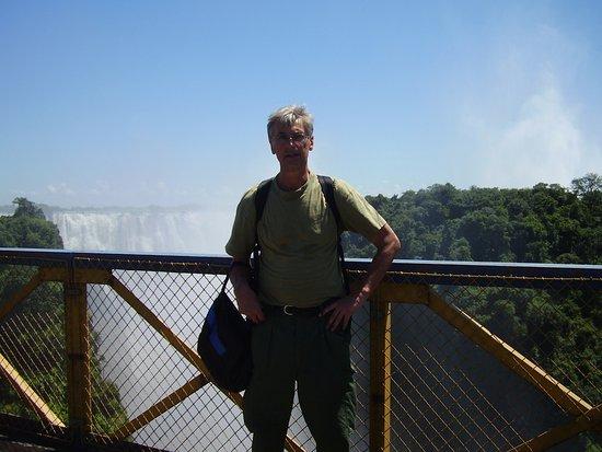 Shoestrings Backpackers Lodge: På väg mot Lodgen med vattenfallet i bakgrunden.