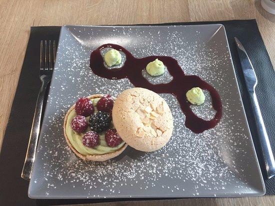 La Richardais, Франция: macaron aux amandes ,crème pistache et framboises fraîche